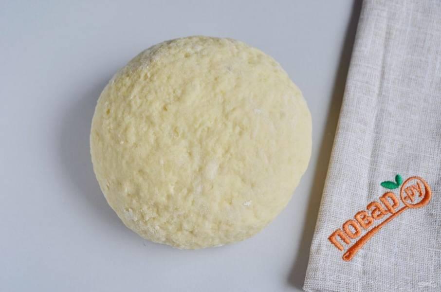 Замесите не слишком крутое тесто, оставьте его отдохнуть на 30 минут.