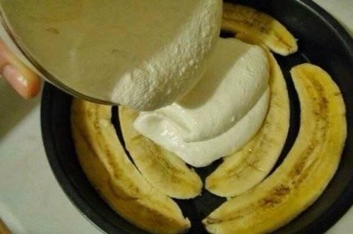 2. Бананы нарезаем вдоль и выкладываем в смазанную форму для запекания - это будет наша основа. Тем временем взбиваем творог и питьевой йогурт без добавок, добавляем немного корицы или ванильный сахар (по вашему вкусу).