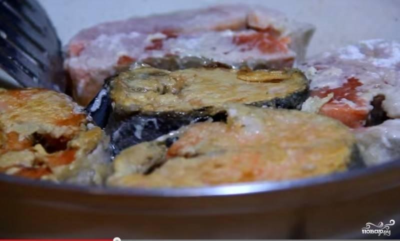 1. Почищенную, потрошенную рыбу помойте и нарежьте на стейки. К муке добавьте соль. Обваляйте в муке стейки и жарьте на сковородке в растительном масле с каждой стороны по пару минут, чтобы образовалась корочка.