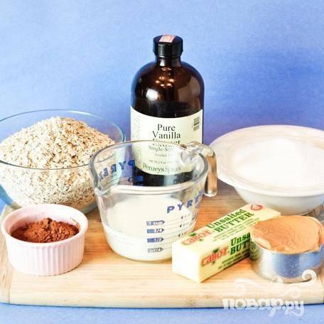 1. В средней кастрюле на среднем огне растопить сливочное масло или маргарин. Добавить сахар, молоко, какао-порошок и размешать до однородности. Довести до кипения и варить 1-1,5 минуты. Точно следите за временем, оно играет важную роль в текстуре вашего будущего печенья – если вы варите массу чуть меньше положенного, печенье будет мягким и липким, если больше положенного времени – печенье получится сухим и рассыпчатым.