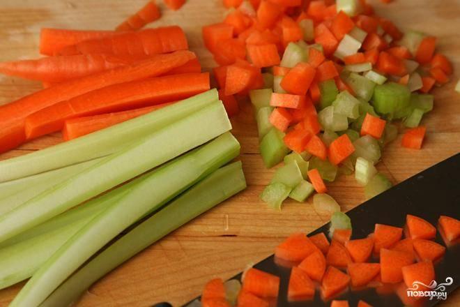3. В той же кастрюле на среднем огне обжарить бекон в течение 3-5 минут. Добавить лук, морковь и сельдерей. Жарить, помешивая, пока края лука не начнут приобретать коричневый цвет, около 6 минут. Добавить чеснок и жарить, помешивая, в течение приблизительно 1 минуты. Влить вино в кастрюлю и перемешать. Добавить куриный бульон, помидоры с их соком, веточку тимьяна и говядину. Увеличить огонь и довести до кипения. После того, как жидкость закипит, уменьшить огонь до слабого, частично накрыть кастрюлю крышкой и тушить до тех пор, пока мясо не станет мягким, примерно 3 часа.