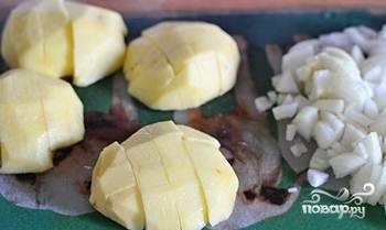 Варите бульон из супового набора в течение 1,5 часов. В это время почистите и нарежьте картофель.