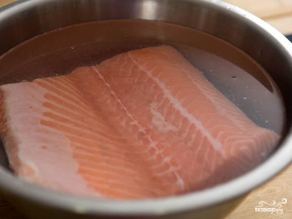 1. Для начала вымойте рыбку как следует под проточной водой, при необходимости отделите косточки от филе. Опустите в небольшую мисочку с подсоленной водой минут на 10.