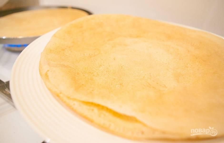 4.Получаются тонкие блинчики, выложите их на тарелку и сразу подавайте к столу.