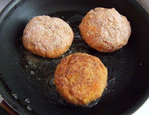 6. Выложить котлетки на сковороду и обжарить с двух сторон до аппетитной корочки.