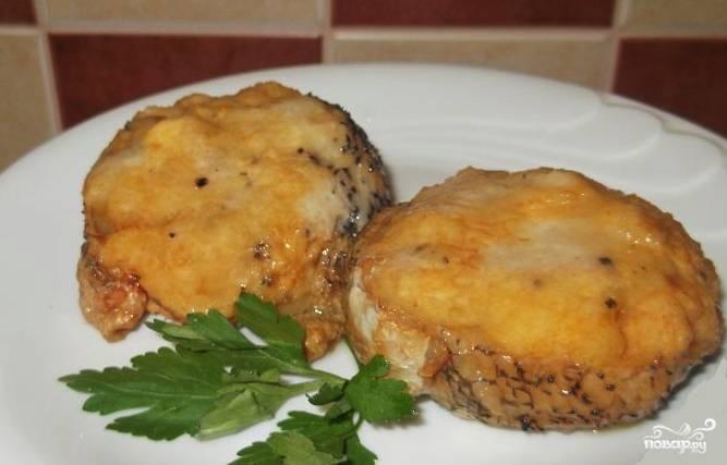 """Такую """"фаршированную"""" рыбу нужно запекать в казане под закрытой крышкой. Время приготовления составляет около тридцати минут. Готовую рыбу можно посыпать тёртым сыром и подать с зеленью."""