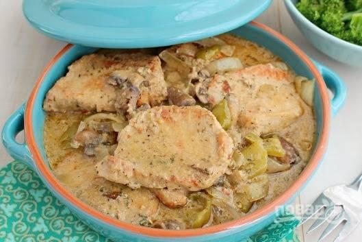 Готовую свинину разложите по тарелкам и посыпьте свежей зеленью. Приятного аппетита!