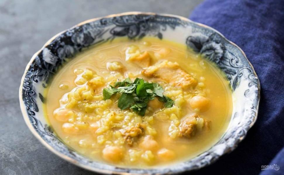 5.По вкусу посолите и поперчите. Выключайте огонь и разлейте суп по тарелкам, украсьте зеленью.