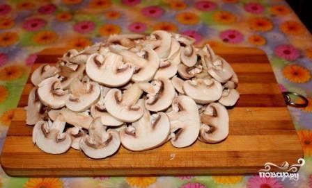 Моем и нарезаем шампиньоны. Можно нарезать пластинками, если грибы небольшие. Если большие - нарезаем кубиками.