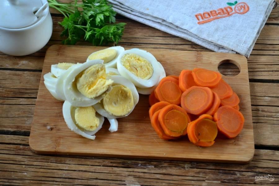 Яйца и морковь порежьте кружочками.