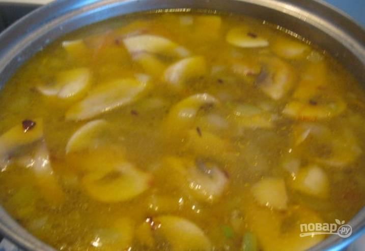 Перекладываем в суп зажарку ( как только будет готова перловка). Солим и перчим, варим 5 минут под крышкой.