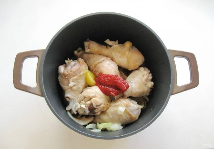 Добавьте соевый соус, мёд, томатную пасту и соль.