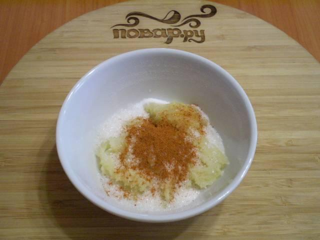 Смешайте давленый чеснок с перцем, сахаром и солью.