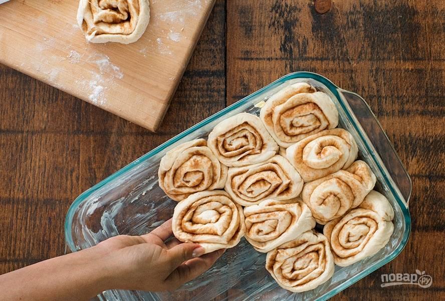 Форму для выпекания смазываем сливочным маслом. Укладываем в форму булочки, накрываем полотенцем и оставляем на 20 минут.