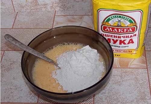 Постепенно, по 2-3 ложки за раз добавляем в миску муку. Месим тесто, в результате оно должно выйти тянучим.