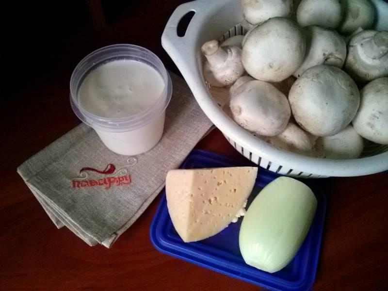 1.     Подготовьте необходимые ингредиенты. Грибы промойте под холодной водой. Лук очистите и помойте.