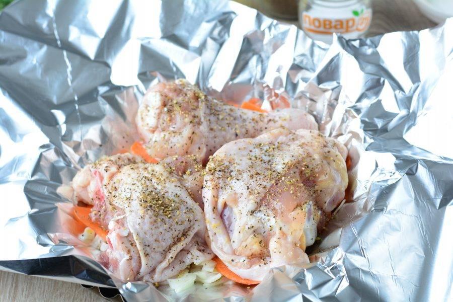 Присыпьте куриное мясо прованскими травами.