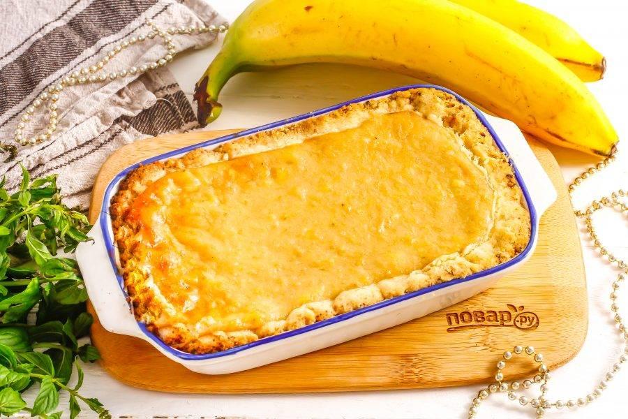 Подавайте банановый пирог прямо в форме со свежезаваренным чаем, кофе и т.д.