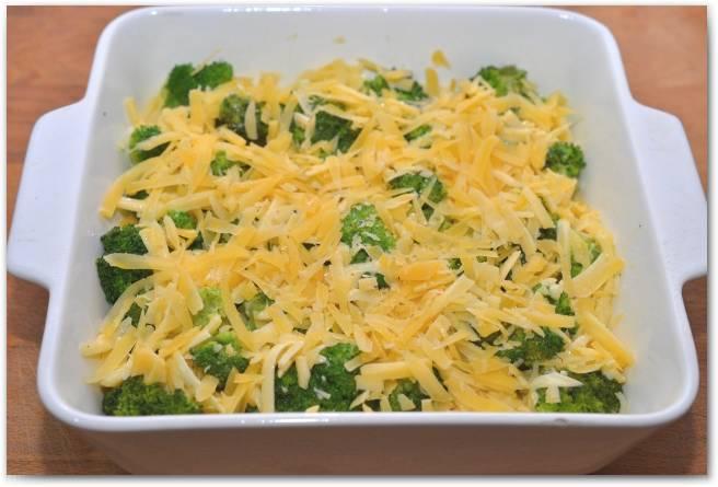 Сверху присыпьте оставшимся сыром. Поставьте в разогретую духовку на 35-40 минут.