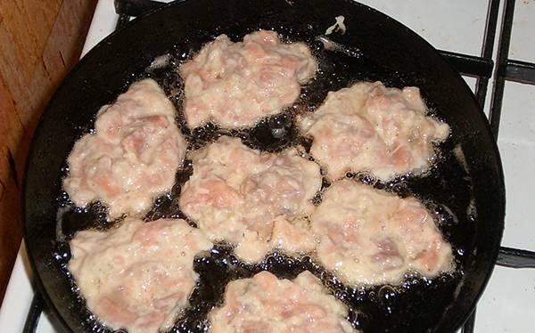 Разогреваем сковороду с растительным маслом, выкладываем на неё ложкой котлетную массу.