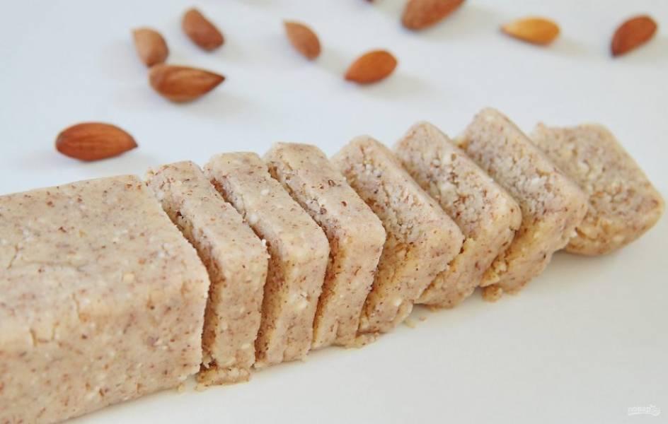6. Сформируйте из него колбаску и нарежьте ее на кусочки, толщиной около 5-7 мм.