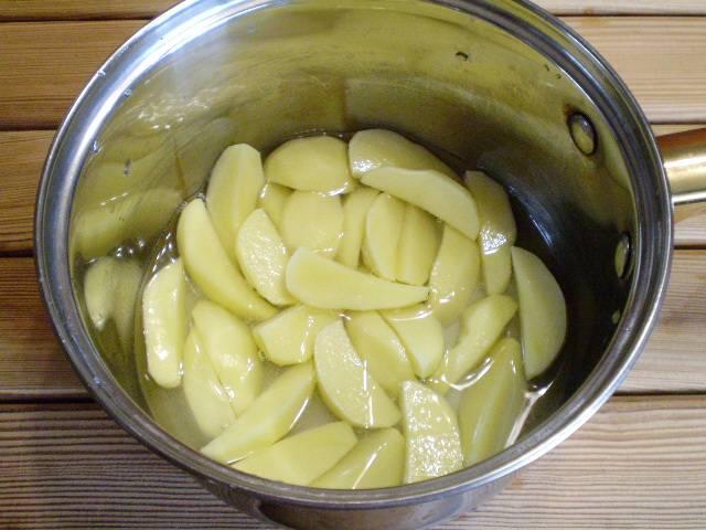 2. Очищаем картофель. Режем крупно. Солим и отвариваем в минимальном количестве воды.
