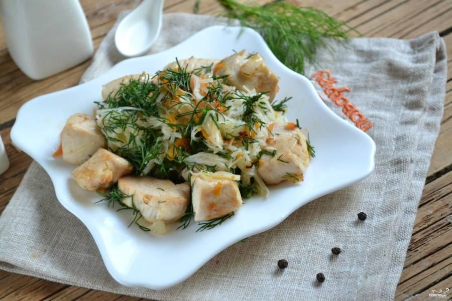 Соедините готовую лапшу и соус. При подаче украсьте зеленью укропа. Приятного аппетита!