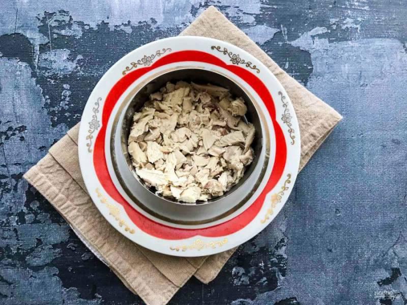Курицу нарежьте маленькими кусочками и выложите на тарелку.
