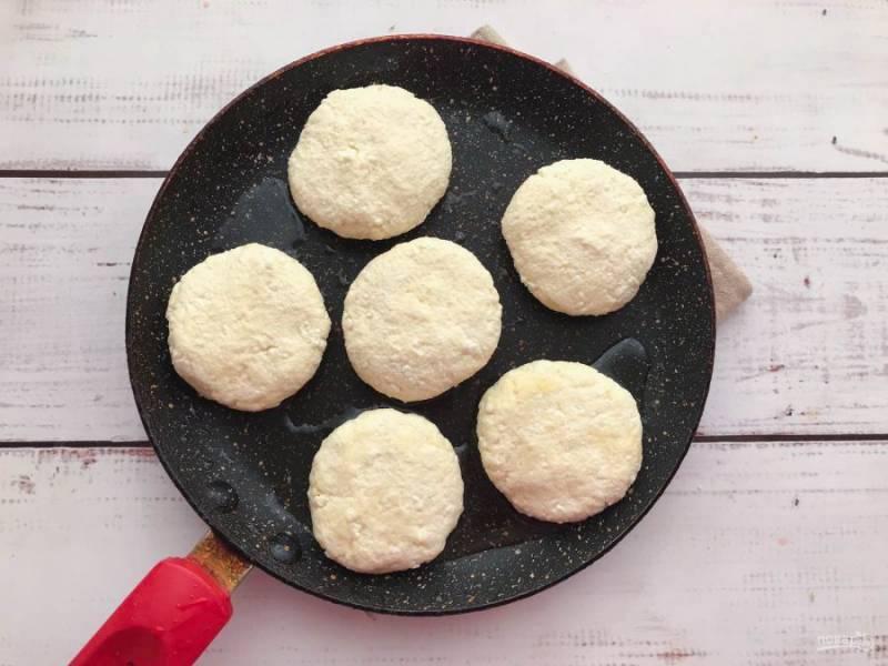 Сформируйте сырники и выложите их на хорошо разогретую сковороду с растительным маслом.