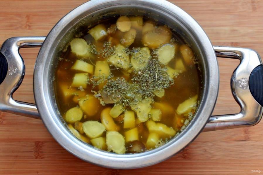 Добавьте чеснок и лук, влейте кипяток из расчета на 2-3 порции. Доведите суп до кипения и варите на слабом огне до мягкости картофеля.