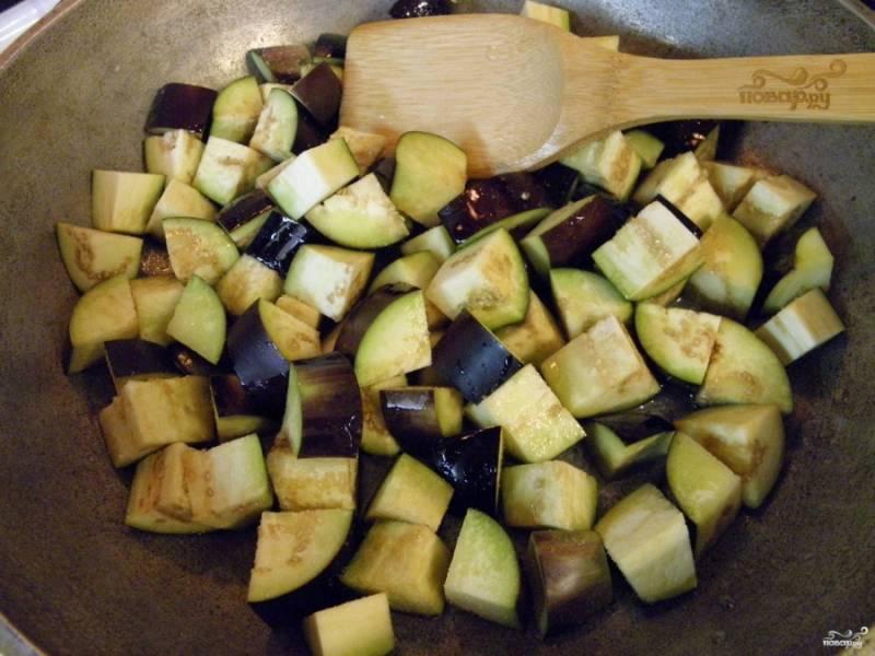 Обжарьте их на сковороде в растительном масле до появления красивого цвета и полуготовности баклажанов.