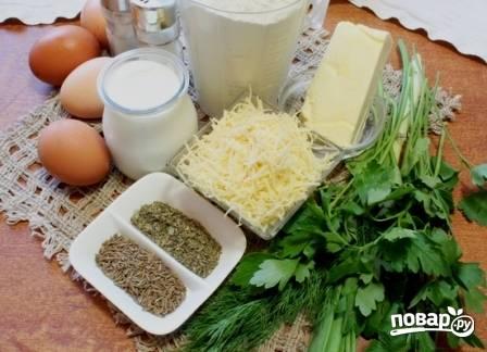Подготовим ингредиенты для пирога. Масло должно быть мягким, комнатной температуры. Сметану берем густую, лучше всего домашнюю.