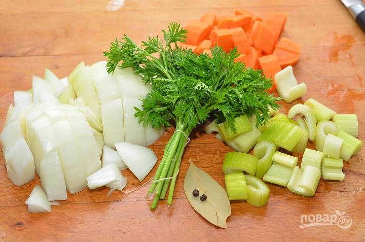 Овощи почистите и нарежьте.