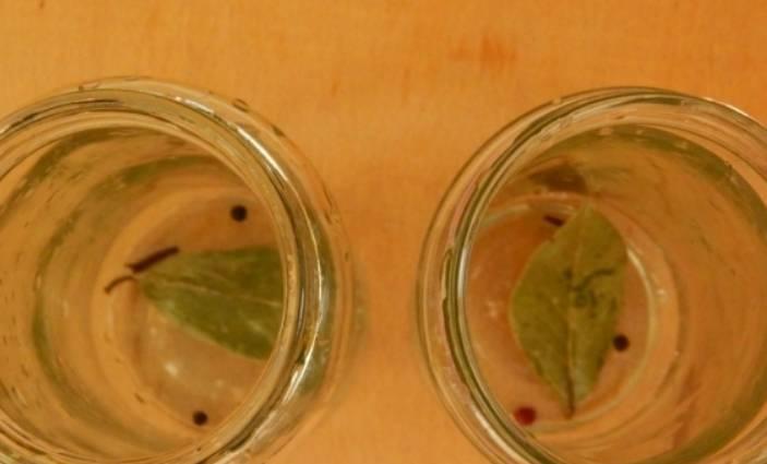 В стерилизованные банки кладем лавровые листы и перец горошком.