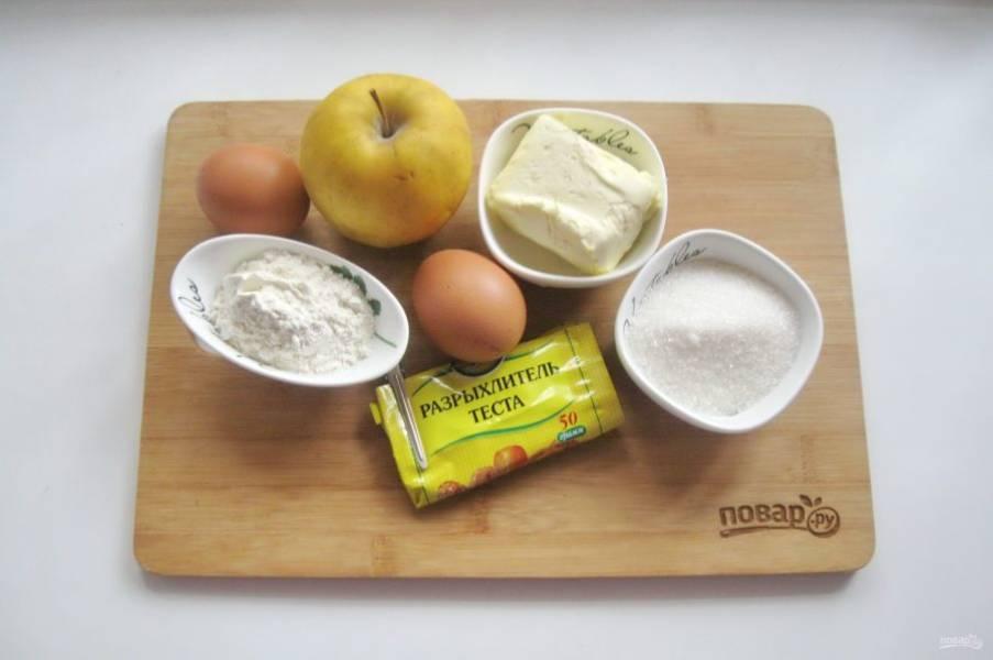 Подготовьте ингредиенты для приготовления татарского пирога с яблоками.