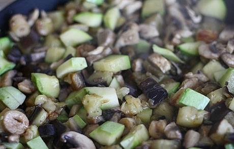 2. Добавим грибы, и жарим дальше в специях до готовности грибов.
