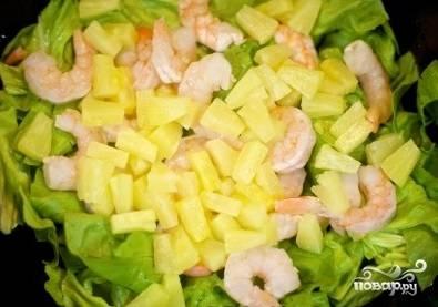 3. Кружочки ананаса просушите бумажным полотенцем, порежьте и добавьте в салатницу.