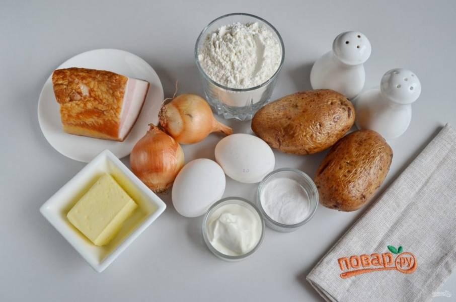 Итак, подготовьте продукты. Отварите в кожуре картофель почти до готовности, остудите его и очистите. Лук, если мелкий, берите больше, если крупный, то 2 штук будет достаточно.