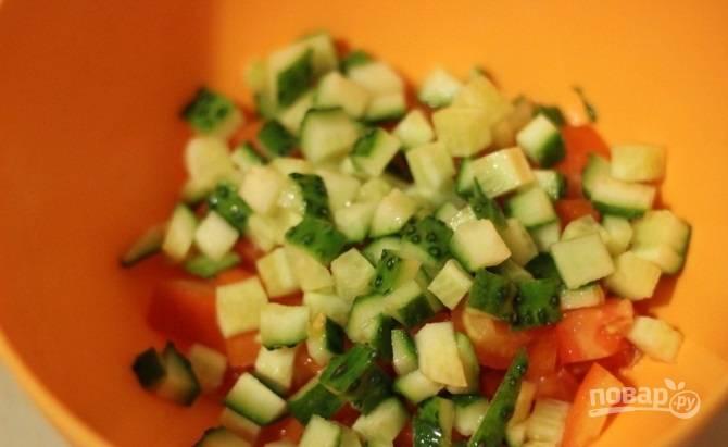 2. Туда же отправьте нарезанный огурчик. Подсолите овощи чуток для вкуса.