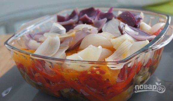 К ранее нарезанным баклажанам отправьте перец, помидоры и лук, также порезанные на большие куски.