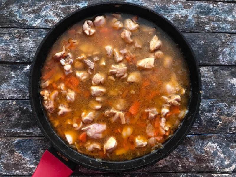 Налейте горячую воду так, чтобы она полностью покрывала все ингредиенты. Добавьте чеснок, соль, перец и тушите на небольшом огне под закрытой крышкой 30-35 минут.