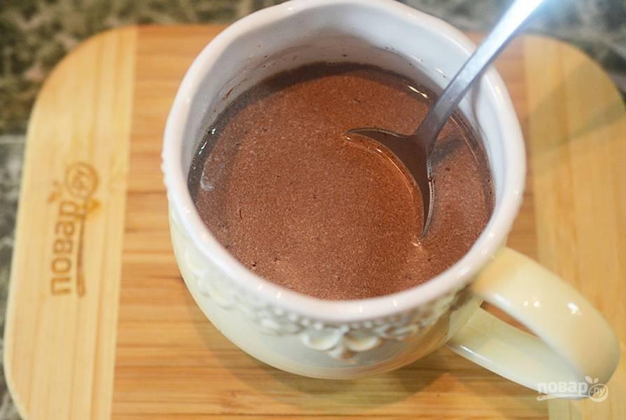 3.Добавьте сахар, какао-порошок. Хорошо перемешайте.