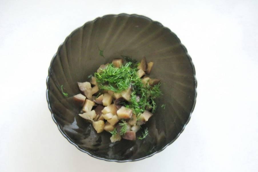 Измельчите укроп и отправьте в салат.