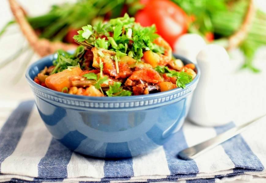 Подавайте рагу очень теплым, щедро посыпав сверху свежей зеленью. Приятного аппетита!