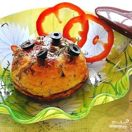 ...либо в тарелочках, перевернув каждый горшочек и вывалив его содержимое на тарелочку. При желании можно украсить зеленью или свежими овощами. Приятного!