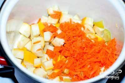 Затем овощи переложить в кастрюлю с растительным маслом и потушить до золотистой корочки.