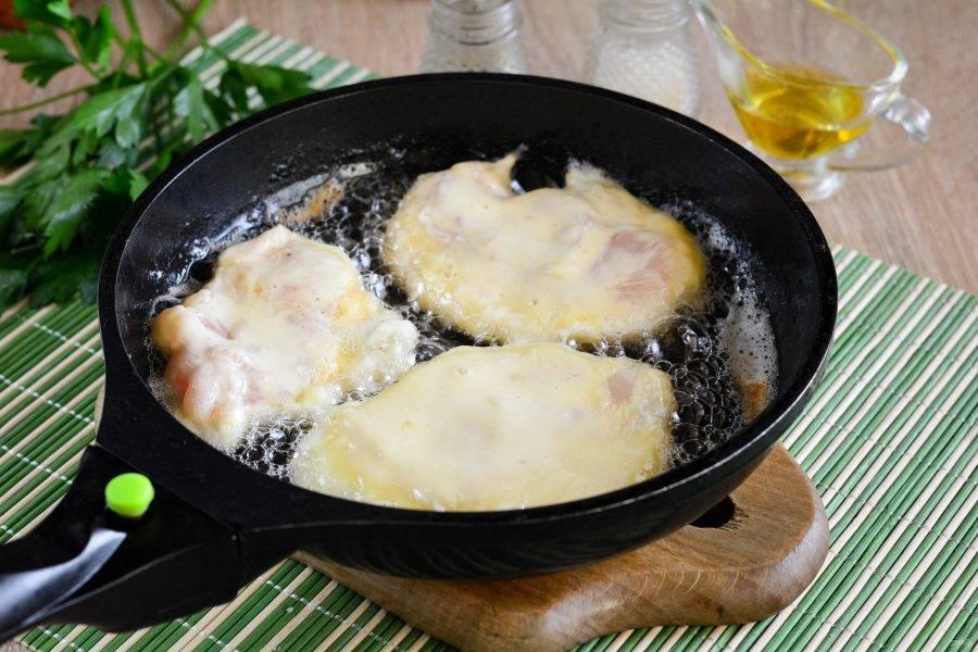 Разогрейте масло на сковороде, сделав умеренный огонь, выложите отбивные и жарьте 3-4 минуты.