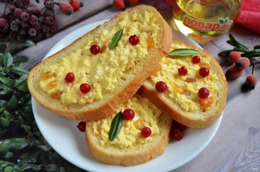 8. Сразу подавайте горячими бутербродики с ягодами, стаканчиком молока, различными соусами фруктовыми или ягодными.