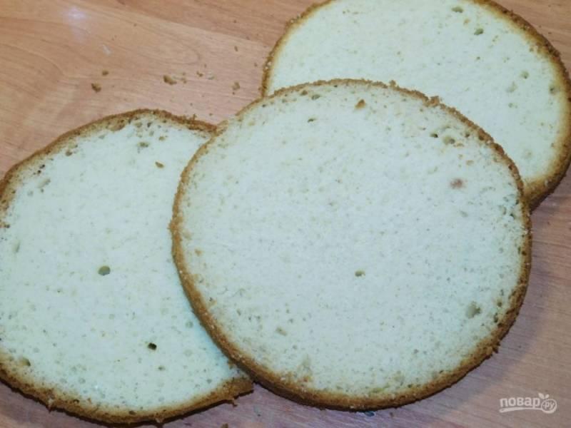 Готовый бисквит остудите и разрежьте на 3-4 коржа.