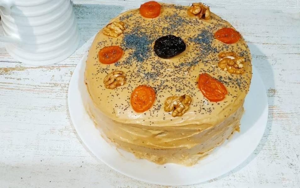 Украсьте торт сухофруктами и дайте ему настояться несколько часов в холодильнике. Приятного чаепития!